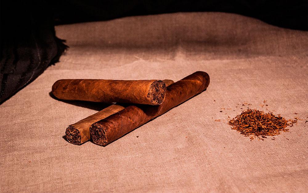 Zigarre und österreichischer Süss-Wein