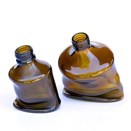 geschmolzene Apothekerfalschen zu dekorativen Vasen