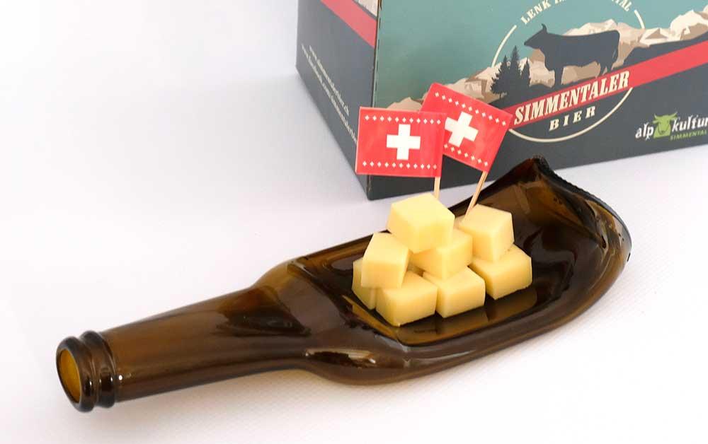 Simmentaler Bier-Flasche als Teller mit Schweizer Käse