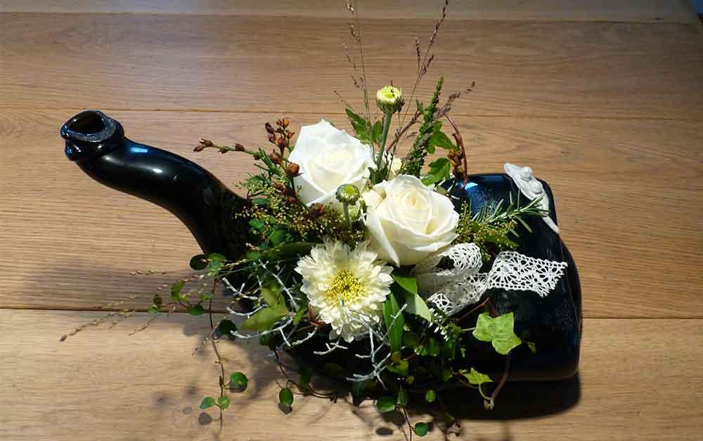 Blumengesteck auf melted bottle