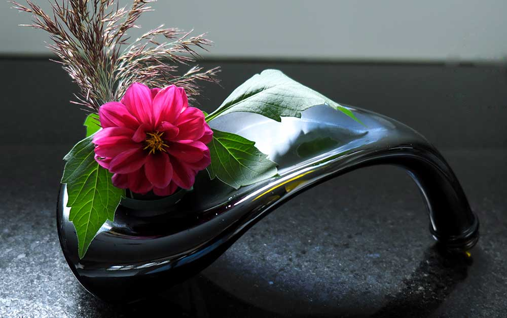 Blumengesteck auf geschmolzenen Flasche