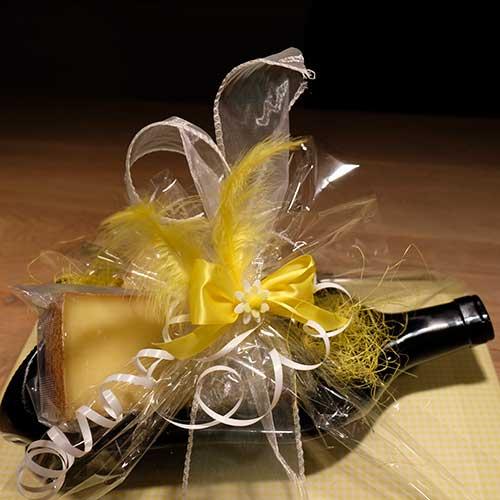 Flaschenschale mit Käse